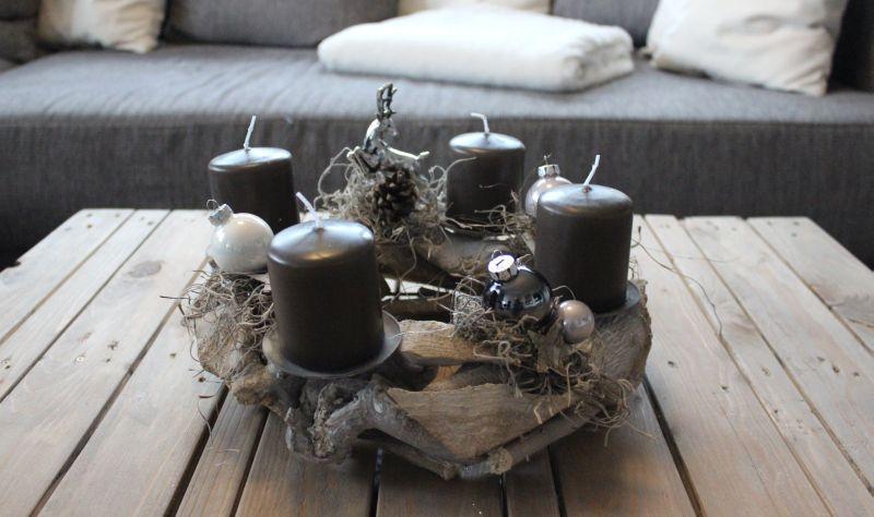 aw87 adventskranz aus schwemmholzteilen dekoriert mit kugeln sterne kunstmoos und einem. Black Bedroom Furniture Sets. Home Design Ideas