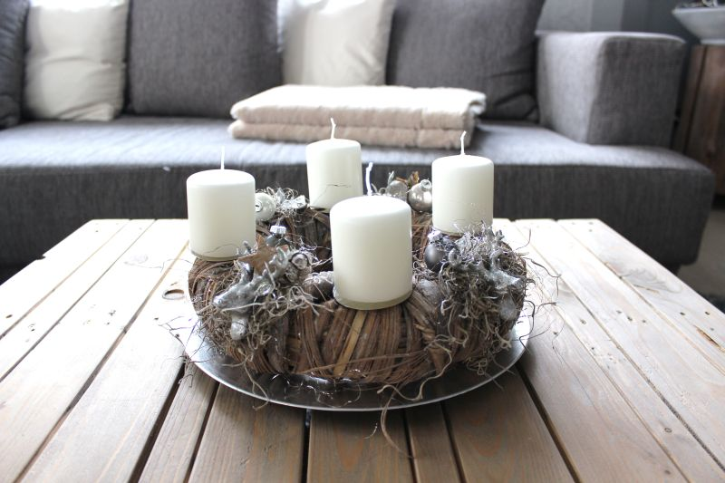 AW94 - Birkenrindenkranz, dekoriert mit vier kleine Hirschköpfen, Sternen, Kugeln, natürlichen Materialien ! Preis 49,90€ Durchmesser ca 30cm Teller 4,90€, Aufpreis Kerzen 8,00€
