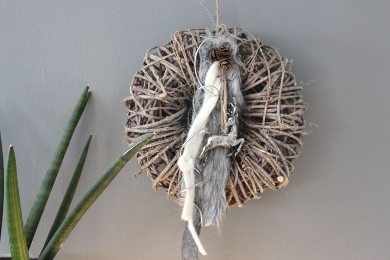 AW97 - Rebenkranz als Tür oder Wandkranz, dekoriert mit Bändern, Kunstfell und einem Hirschen! Preis 34,90€ Durchmesser ca 30cm