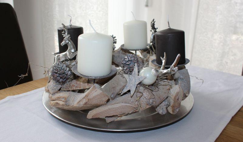 AW101 - Adventskranz aus Schwemmholzteilen! Dekoriert mit zwei Hirschen, zwei Hirschgeweihen, natürlichen Materialien, Sternen und Kugeln! Preis 44,90€ Durchmesser ca 30cm Aufpreis Kerzen 8,00€ Teller 7,90€