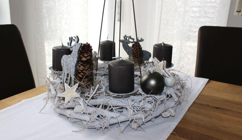 AW102 - Adventskranz zum Stellen oder Hängen! Dekoriert mit Zapfen, Filzhirschen, Sternen und Kugeln! Preis 44,90€ Durchmesser ca. 40 cm Aufpreis Kerzen 8,00€