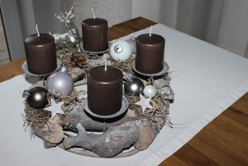 AW104 - Adventskranz aus Schwemmholzteilen, dekoriert mit Kugeln, Sterne, Kunstmoos, und einem Hirschen! Erhältlich in den Farben rot, braun, orange, champagner, grau und grün! Preis 39,90€ Durchmesser ca 30cm Aufpreis Kerzen 8,00€