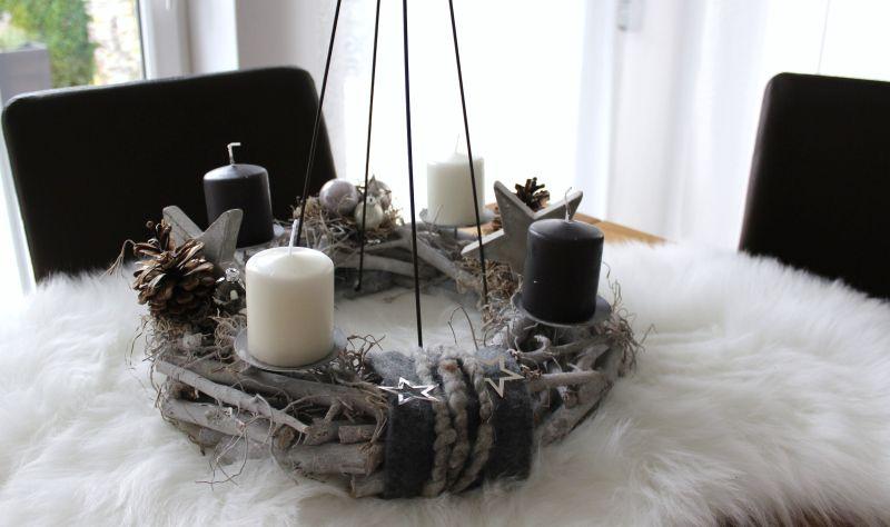 AW131 - Adventskranz aus Holzteilen zum stellen oder hängen! Dekoriert mit natürlichen Materialien, Filzbändern, Betonsternen, Metallsterne und Kugeln! Preis 39,90€ Aufpreis Kerzen 8,00€