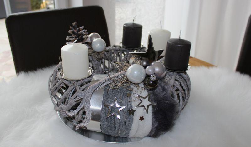 AW132 - Adventskranz aus Rattangeflecht auf massiven Metallgestell, dekoriert mit Bändern, Kerzenteller, Edelstahlstern, Kugeln und natürlichen Materialien! Preis 49,90€ Aufpreis Kerzen 8,00€ Durchmesser 35cm Teller 4,90€