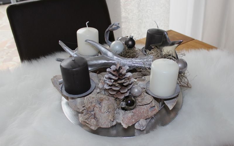 AW133 - Adventsdeko aus Holzteilen, dekoriert mit natürlichen Materialien, Kugeln, einem Geweih und einem Metallstern! Preis 49,90€ Durchmesser ca.35cm Aufpreis Kerzen 8,00€ Teller 4,90€