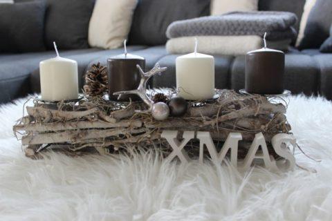 AW109 - Adventsdeko aus Holzstücken, dekoriert mit natürlichen Materialien, einem Hirschgeweih und Kugeln! Preis 19,90€ Breite 40cm Aufpreis Kerzen 8,00€ Schriftzug XMAS 3,50€