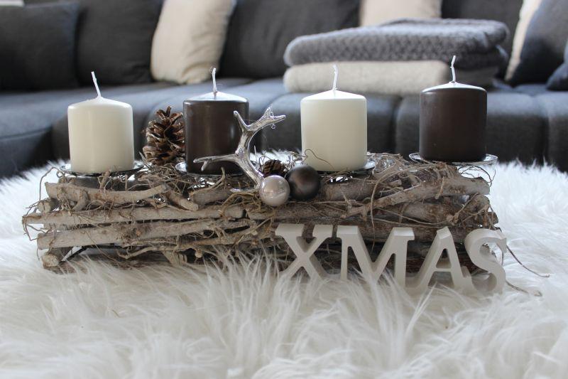 AW109 - Adventsdeko aus Holzstücken, dekoriert mit natürlichen Materialien, einem Hirschgeweih und Kugeln! Preis OHNE Kerzen 19,90€ Breite 40cm Schriftzug XMAS 3,50€