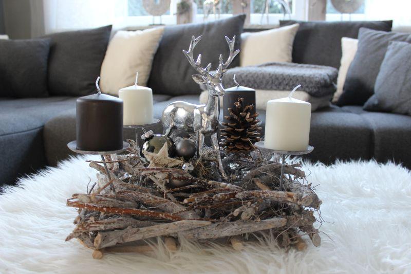 AW107 - Rechteckige Adventsdeko, dekoriert mit einem Hirschen, natürlichen Materialien und Kugel! Preis OHNE Kerzen 44,90€ Größe 40x40cm
