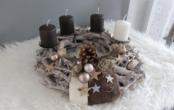 AW124 - Adventskranz aus Holzteilen, dekoriert mit Kerzenteller, natürlichen Materialien, Filzbändern, Elchgeweihen, Sterne und Kugeln! Preis 44,90€ Durchmesser ca.40cm Aufpreis Kerzen 8,00€
