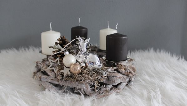AW123 - Adventskranz aus Holzteilen, dekoriert mit Kerzenteller, natürlichen Materialien, einem Bambi, Sterne und Kugeln! Preis 34,90€ Durchmesser ca.30cm Aufpreis Kerzen 8,00€