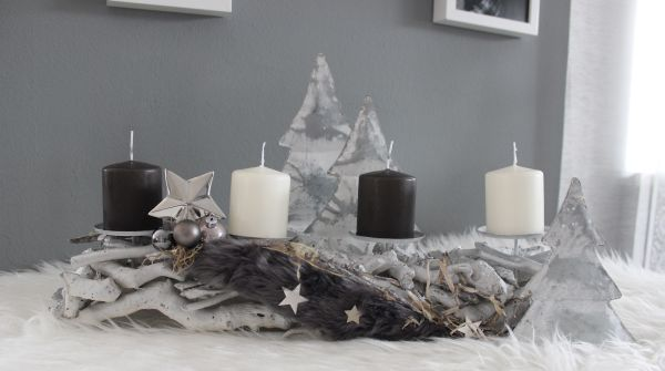 AW122 - Adventsdeko aus Holzteilen, dekoriert mit natürlichen Materialien, Kunstfell, Sterne und Kugeln! Preis 29,90€ Breite 50cm Aufpreis Kerzen 8,00€ Baum aus Metall Höhe 24cm 9,90€ Höhe 16cm 4,90€