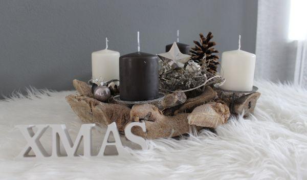 AW121 - Adventsdeko aus Holzteilen, dekoriert mit natürlichen Materialien, Kugeln und einem Metallstern! Preis OHNE Kerzen 34,90€ Durchmesser ca.35cm XMAS- Schriftzug 3,50€