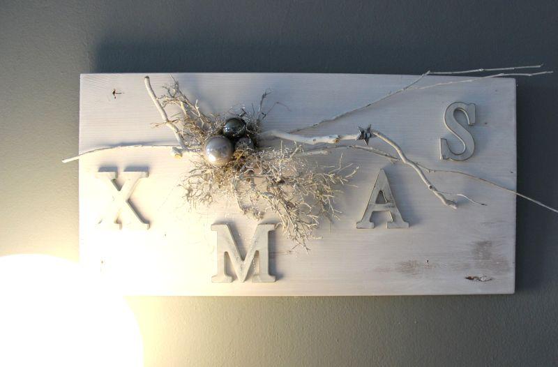 AW128 - Weihnachtswanddeko aus neuem Holz, dekoriert mit natürlichen Materialien, Kugeln und XMAS! Preis 44,90€ Größe 30x60cm