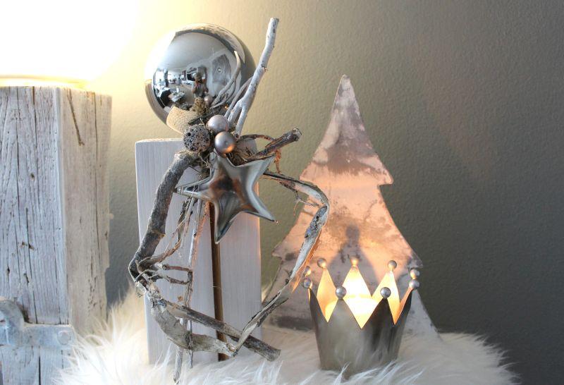 AW126 - Kleine Säule aus neuem Holz, dekoriert mit natürlichen Materialien, Kugeln, einer großen Edelstahlkugel und einem Metallsternl! Preis 39,90€ Höhe ca.35cm Metallkrone 5,50€ Höhe 10cm, 9,90€ Höhe 12 cm
