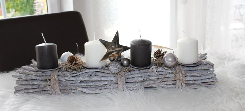 AW125 - Adventsdeko aus Holzstäben, dekoriert mit natürlichen Materialien, einem Metallstern und Kugeln! Preis 34,90€ Breite 55cm Aufpreis Kerzen 8,00€