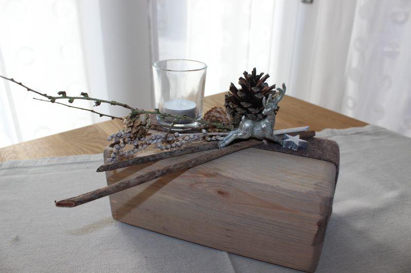 aw23 tischdeko aus altem holz alter holzblock nat rlich dekoriert mit einem kleinen hirschen. Black Bedroom Furniture Sets. Home Design Ideas