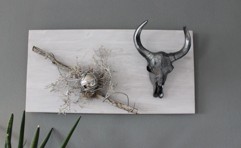 TI008 - Wanddeko aus neuem Holz, dekoriert mit einem Stierschädel, natürlichen Materialien und einer Edelstahlkugel! Preis 49,90€ Größer 30x60cm