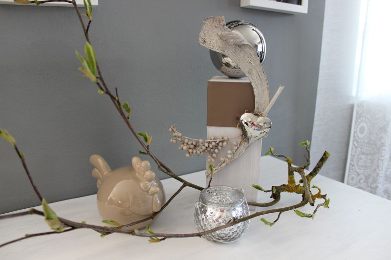 KL74 - Holzsäule weiß gebeizt, dekoriert mit Kunstlederband, natürlichen Materialien, einem Edelstahlherz und einer Edelstahlkugel! Preis 39,90€ Höhe ca. 30cm Windlicht 3,50€ Keramikhenne 19,90€