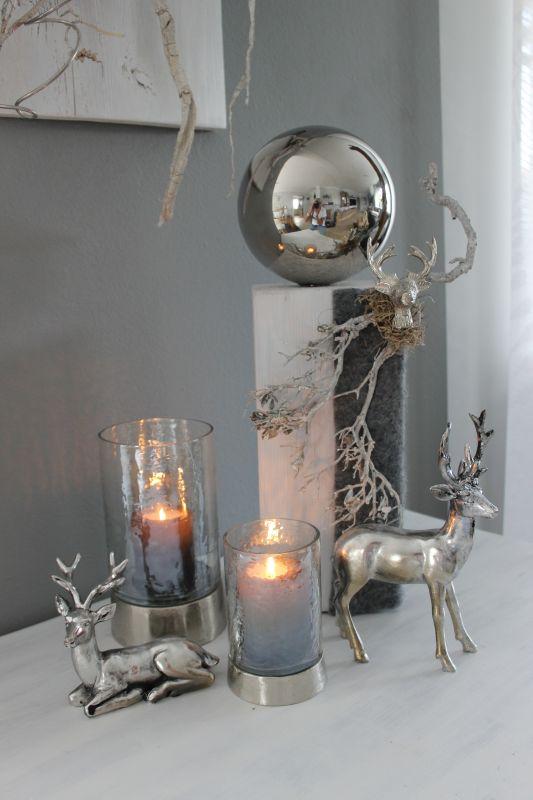 HE105 Holzsäule dekoriert mit natürlichen Materialien, Filzband, Edelstahlkugel und Hirschkopf Preis 54,90€ Höhe ca. 45cm