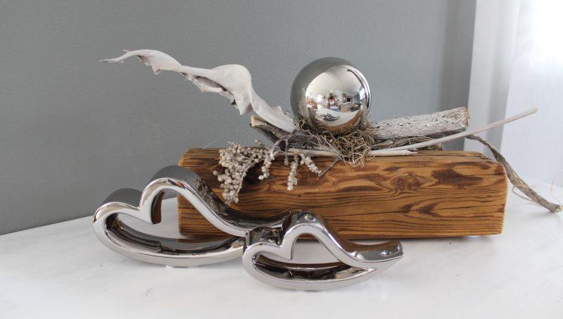 TD230 - Tischdeko aus altem Holz, dekoriert mit natürlichen Materialien und einer Edelstahlkugel. Preis 59,90€ Gesamtbreite 50cm, Keramikherzen Preis 7,90€ Breite 16cm