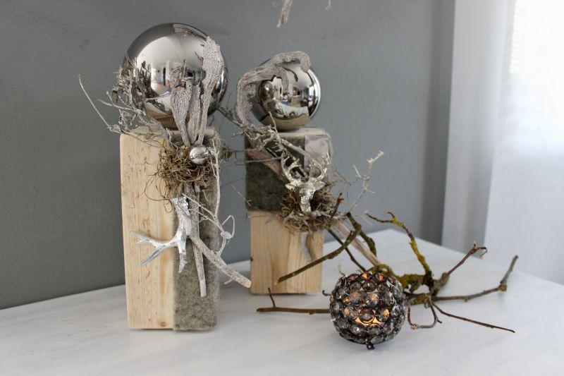 KL76 - Kleine Säulen aus altem Holz, dekoriert mit natürlichen Materialien, einem Hirschkopf, Hirschgeweih und Edelstahlkugel! Preis 44,90€ Höhe ca. 35cm ( im Bild links) Preis 39,90€ Höhe ca. 30cm Im Set Preis 79,90€