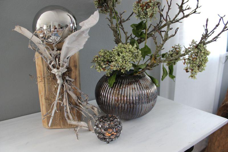 KL78 - Kleine Säule aus altem Holz thermisch behandelt, dekoriert mit natürlichen Materialien, einem Hirschkopf und Edelstahlkugel! Preis 59,90€ Höhe ca. 40cm