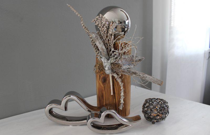 KL77 - Holzsäule aus altem Holz (thermisch behandelt), dekoriert mit natürlichen Materialien, einem Hirschkopf, silberfarbigen Blatt und einer großen Edeslstahlkugel! Preis 54,90€ Höhe ca. 40 cm Keramikherzen Preis 7,90€ Breite 16cm