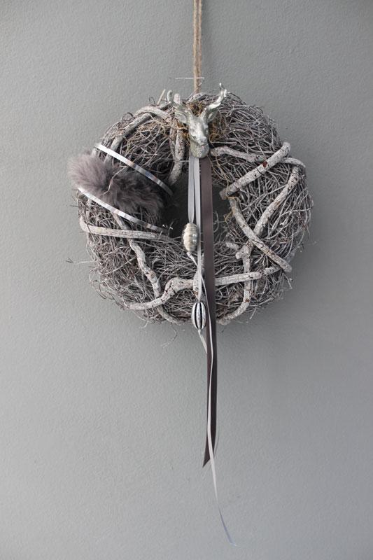 TK40 - Tür oder Wandkranz weiß gekalkt, dekoriert mit Kunstfell, Satin und Metallband, Ornamentteilen und einem kleine Hirschkopf! Preis 29,90€ Durchmesser ca. 25cm