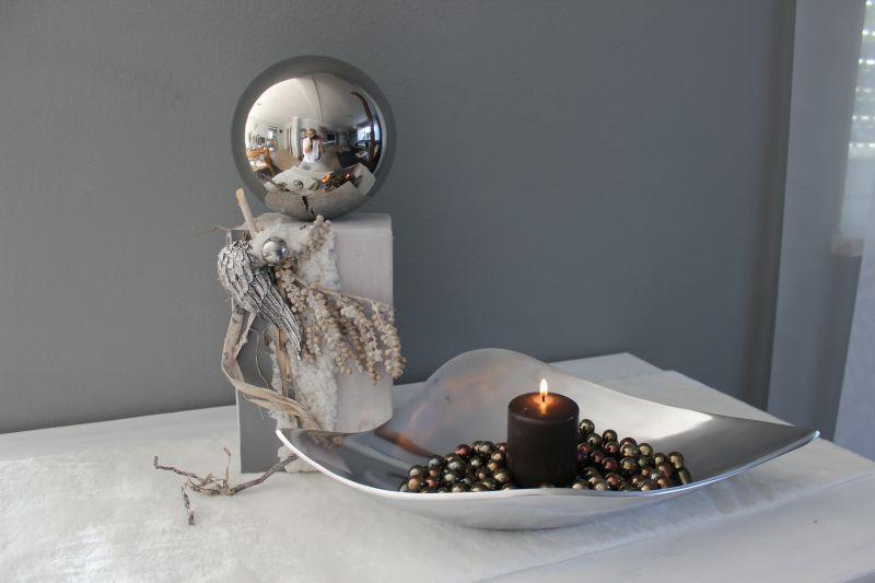 KL79 - Kleine Säule weiß gebeizt, dekoriert mit natürlichen Materialien, einem Engelsflügel, künstliches Fell, Kunstleder und einer großen Edelstahlkugel! Preis 54,90€ Höhe ca.37cm