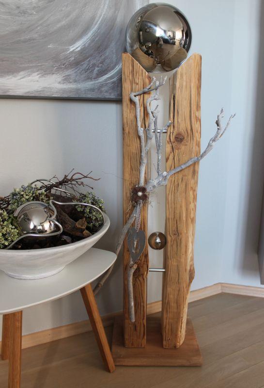 GS119 - Große Säule aus altem Holz, dekoriert mit Materialien aus der Natur, einer Filzrosette, einem Metallherz, einer kleinen und einer großen Edelstahlkugel die herausnehmbar ist! Preis 169,90€ Höhe ca. 110cm