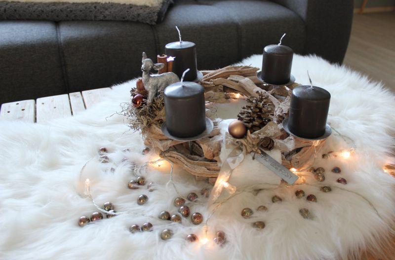 AW135 - Adventskranz aus Schwemmholzteilen, dekoriert mit natürlichen Materialien, Bambi, Kunstfell und Kugeln! Preis ohne Kerzen 39,90 Durchmesser ca, 35cm Glasperlenset 4,90€