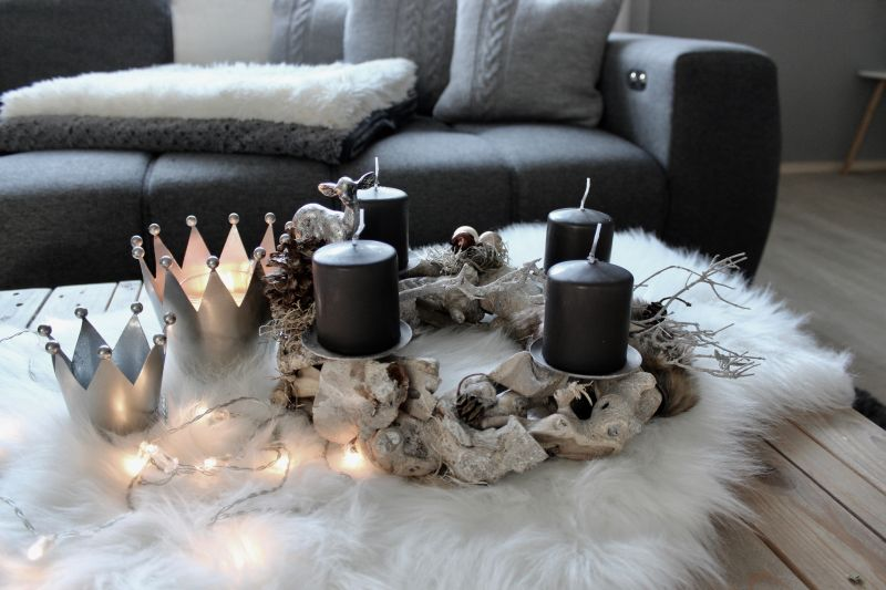 AW136 - Adventskranz aus Schwemmholzteilen, dekoriert mit einem Kerzenteller, Bambi, Kunstfell, Kugeln, Sternen und natürlichen Materialien! Preis ohne Kerzen 39,90€ Durchmesser ca. 30cm Metallkrone 14x12cm 7,90€ 9x8,5cm 3,90€