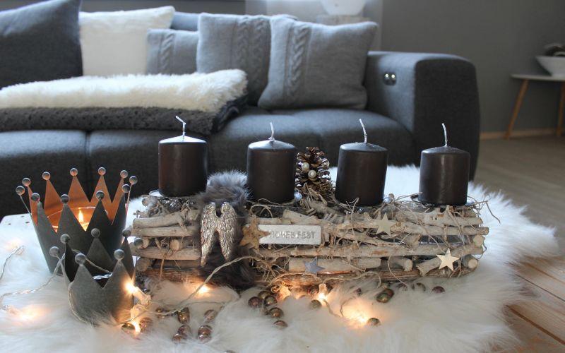 AW139 - Adventsdeko aus Holzstücken, dekoriert mit natürlichen Materialien, einem Engelsflügel, Sternen und Kunstfell! Preis ohne Kerzen 24,90€ Breite 40cm Metallkrone 7,90€ Größe 14x12cm Preis 3,90€ Größe 9×8,5cm Glasperlenset 4,90€