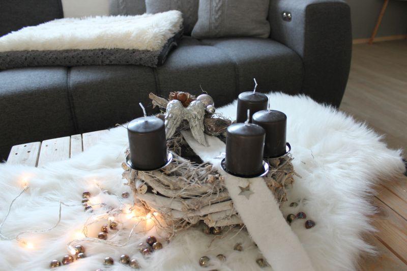 AW142 - Adventskranz aus Holzteilen, dekoriert mit Kerzenteller, natürlichen Materialien, einem Engelsflügel, Kunstfell, Sterne und Kugeln! Preis ohne Kerzen 34,90€ Durchmesser ca.30cm