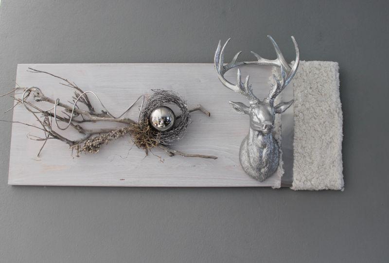 HE107 - Wanddeko aus neuem Holz weiß gebeizt, dekoriert mit natürlichen Materialien, Kunstfell und Metallband, einer Edelstahlkugel und großen Hirschkopf Preis 84,90€ Größe 30x80cm