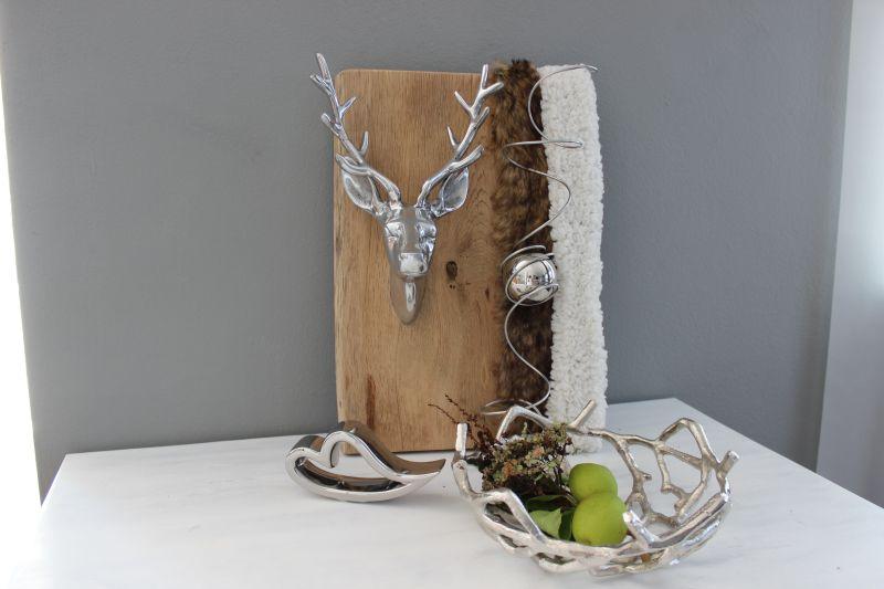 HE111 - UNIKAT! Wanddeko aus altem Eichenholz, dekoriert mit einem massiven Metallhirschkopf, künstlichen Fellbändern und einer Edelstahlkugel! Preis 79,90€ Größe 30x35cm Massive Metallschale Ast Preis 39,90€ Durchmesser ca.26cm Keramikherz 7,90€ Breite 16cm