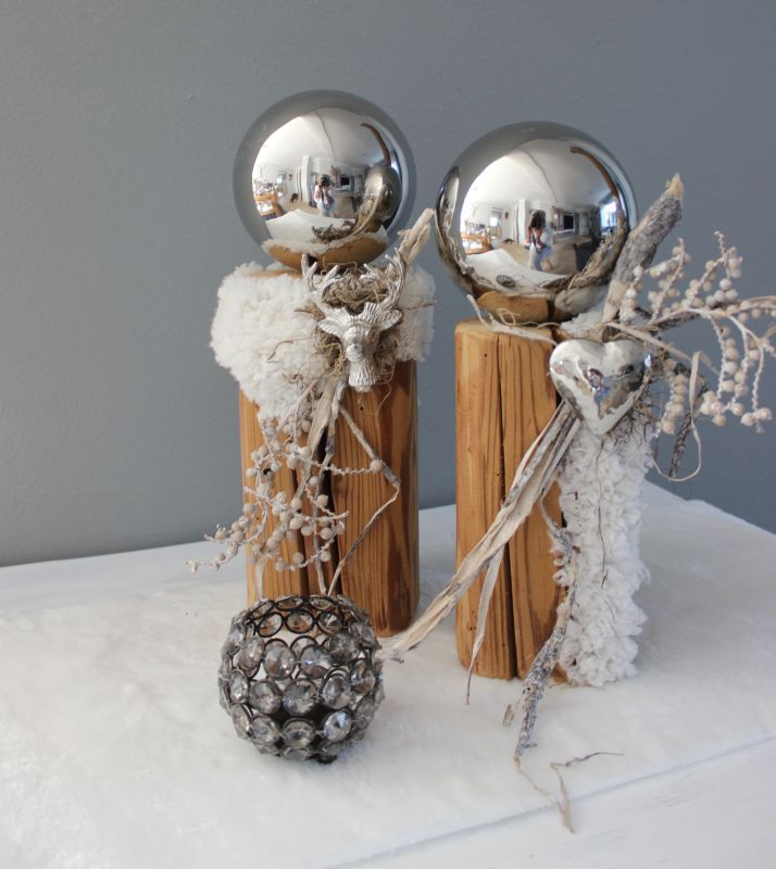 HE108 - Säulen aus altem Holz, dekoriert mit künstlichen Fell, kleinem Hirschkopf oder Herz, einer Edelstahlkugel und natürlichen Materialien! Preis je 49,90€ Höhe ca. 33 und 36cm Im Set 94,90€ Glaswindlicht Preis 14,90€