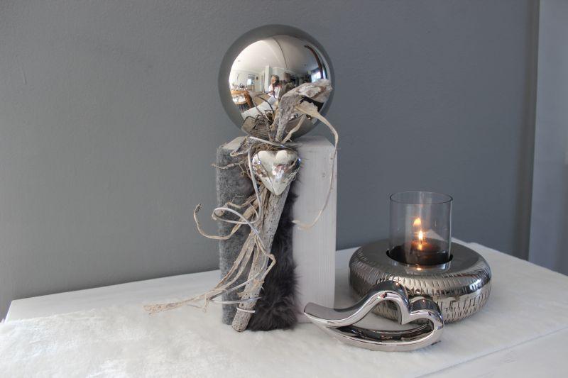 HE113 - Kleine Säule weiß gebeizt, dekoriert mit natürlichen Materialien, einem silberfarbigen Herz, Filzband, künstlichen Fell und einer großen Edelstahlkugel! Preis 54,90€ Höhe ca. 37 cm Keramikherz 7,90€ Breite 16cm