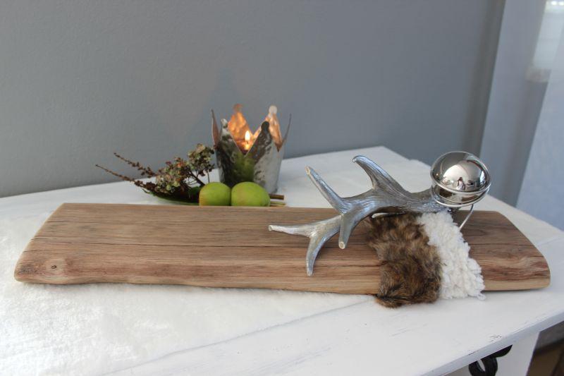 HE109 - Tischdeko aus altem Eichenholz, dekoriert mit künstlichen Fellen, einer Edelstahlkugel und einem silberfarbigen Hirschgeweih das auch als Kerzenständer genuzt werden kann! Preis 49,90€ Breite ca. 55cm