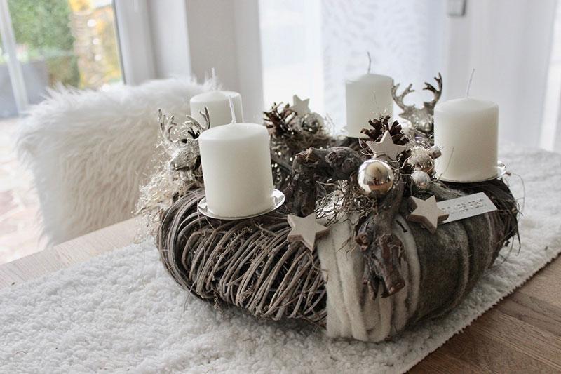 AW151 - Adventskranz aus Holzgeflecht, dekoriert mit zwei Hirschköpfen, Kerzentellern, natürlichen Materialien, Filzbändern, Engelshaar, Kugeln und Sternen! Preis ohne Kerzen: 54,90€ Durchmesser ca. 40cm
