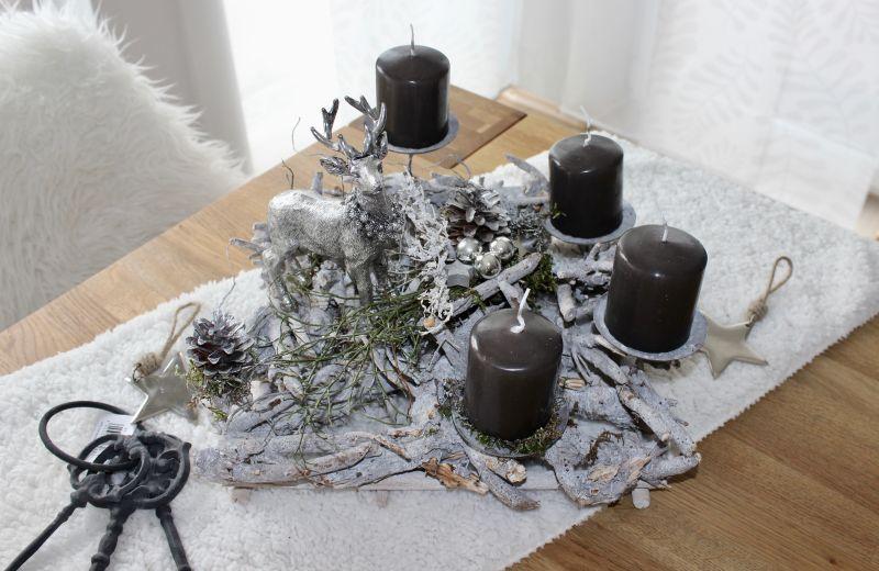 AW146 – Rechteckige Adventsdeko, dekoriert mit natürlichen Materialien, Kugeln, Sternen und einem Hirsch! Preis ohne Kerzen 44,90€ Größe ca 35x35cm Metallstern 3,50€