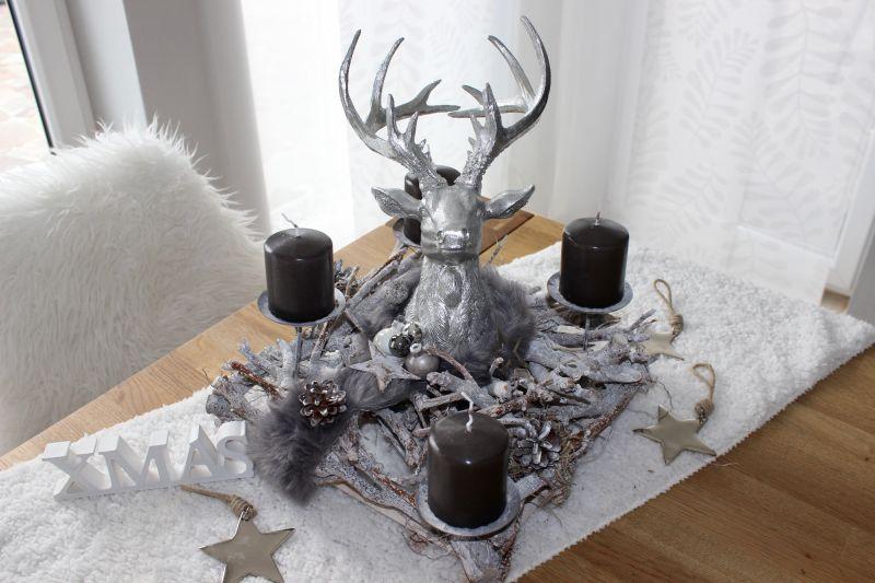 AW147 - Rechteckige Adventsdeko, dekoriert mit einem großen Hirschkopf, Kunstfell, natürlichen Materialien und Sternen! Preis ohne Kerzen 64,90€ Größe ca 35x35x 35cm XMAS Schriftzug 3,50€ Metallstern 3,50€