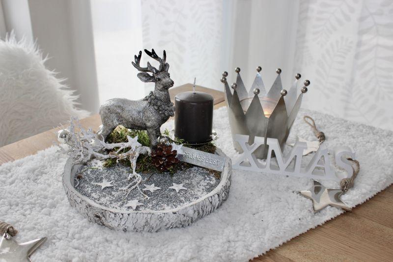 AW148 - Adventsdeko aus Betonbaumstamm, dekoriert mit einem Hirsch, natürlichen Materialien, Kugeln, Sternen und einem Kerzenteller! Preis ohne Kerze 29,90€ Durchmesser ca.22cm Metallkrone 7,90€ 14x12cm XMAS-Schriftzug 3,50€ Metallstern 3,50€