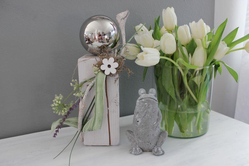 KL80 - Kleine Holzsäule weiß gebeizt, dekoriert mit natürlichen Materialien, einer Edelstahlkugel, künstlichen Pflanzen und einer Holzblume! Preis 39,90€ Höhe ca. 35cm Frosch stehend 4,90€