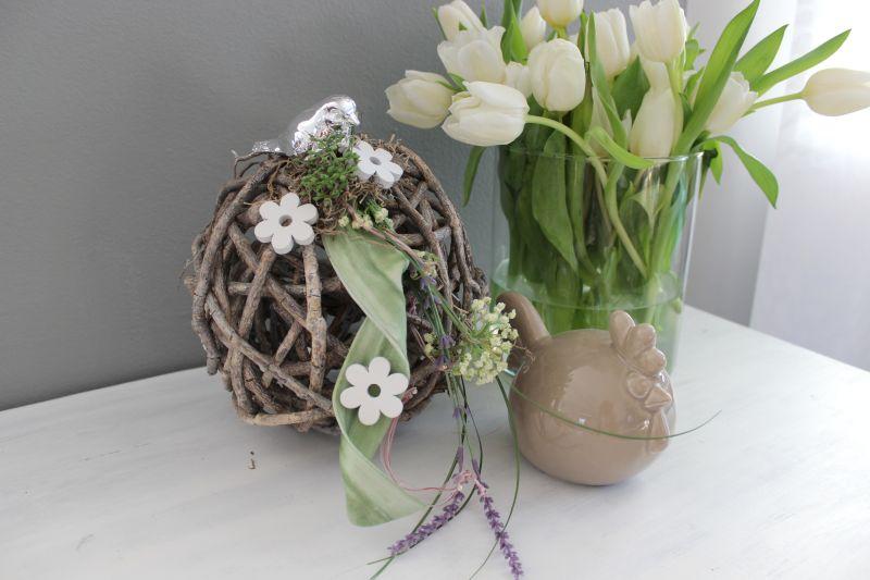 TD232 - Holzgeflechtkugel dekoriert mit natürlichen Materialien, Schaumstoffband, silberfarbigen Vogel, Holzblumen, künstlicher Schafgarbe und Lavendel! Preis 29,90€ Durchmesser ca. 20cm Keramikhenne 19,90€