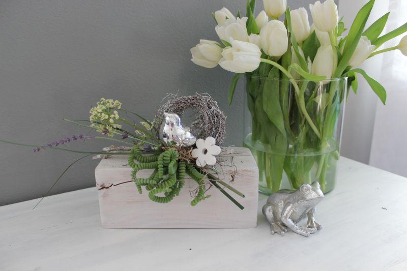 TD233 - Holzblock weiß gebeizt, dekoriert mit natürlichen Materialien, einem silberfarbigen Vogel, künstlicher Sukkulenten, Schafgarbe, Lavendel und einer Holzblume! Preis 39,90€ Gesamtbreite ca. 35cm Frosch 7,90€