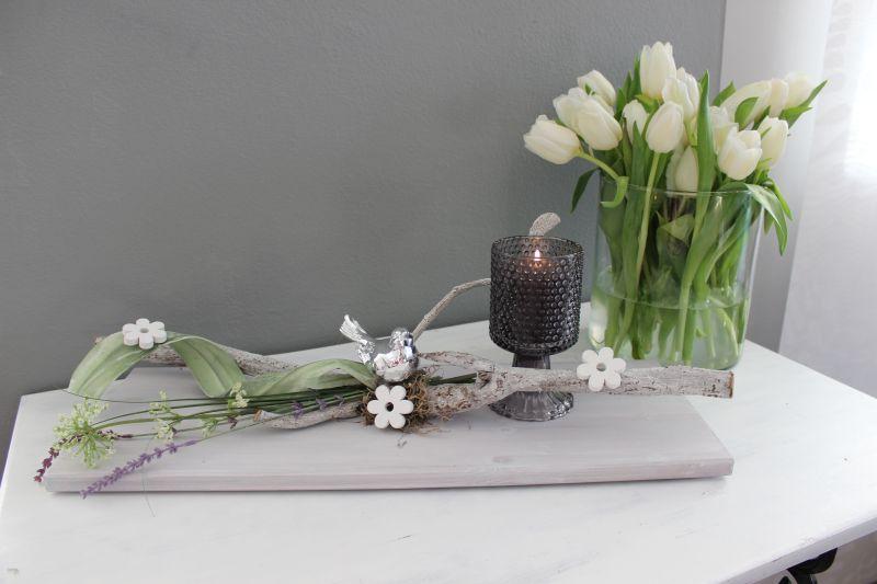 TD235 - Tischdeko aus neuem Holz weiß gebeizt, dekoriert mit natürlichen Materialien, Holzblumen, künstlichen Blumen, Schaumstoffband und einem silberfarbenen Vogel! Preis 39,90€ Breite 50cm, Glaskelch als Windlicht Preis 5,90€ Göße 15x9cm