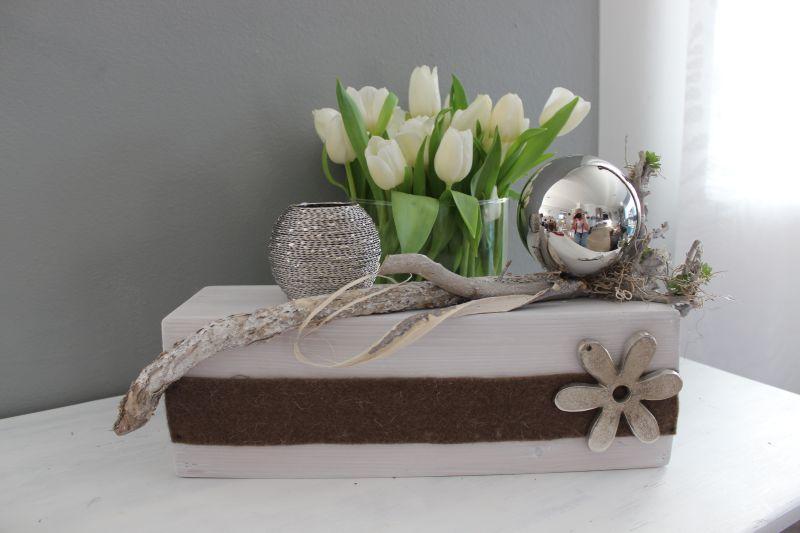 TD236 - Holzblock als Tischdeko weiß gebeizt, dekoriert mit natürlichen Materialien, Filzband (auch in grau erhältlich), künstlichen Sukkulenten, Metallblume und einer großen Edelstahlkugel! Preis 69,90€ Breite ca. 50cm Metallwindlicht 9,90€