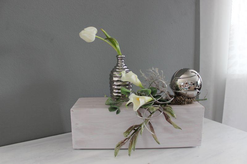 TD250 - Holzblock als Tisch, Sideboard oder Fensterdeko! Holzblock weiß gebeizt, dekoriert mit natürlichen Materialien, künstlichen Callas, künstlicher Efeuranke, künstlichen Foamblütenzweig und einer Edelstahlkugel! Preis 59,90€ – Breite ca 50cm Keramikvase 9,90€ Höhe 15cm