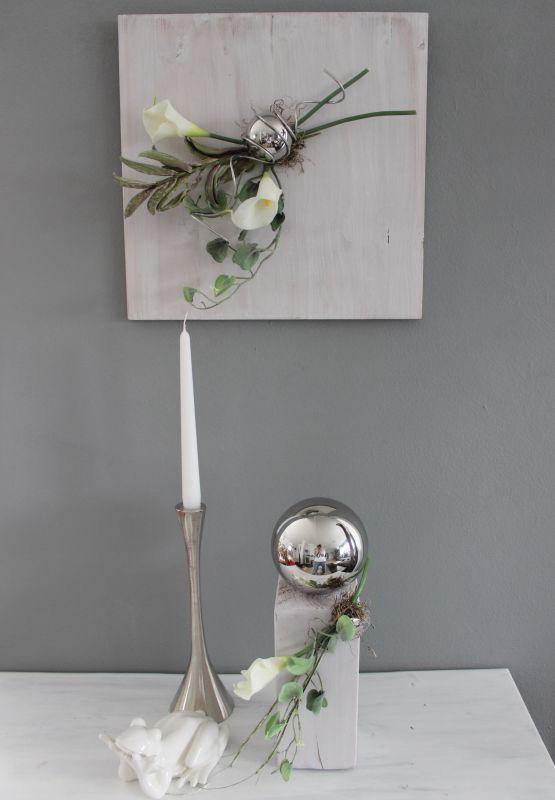 WD124 - Wanddeko aus neuem Holz weiß gebeizt, dekoriert mit natürlichen Materialien, künstlichen Callas, künstlichem Foamblütenzweig und künstlicher Efeuranke! Preis 44,90€ Größe 40x40cm